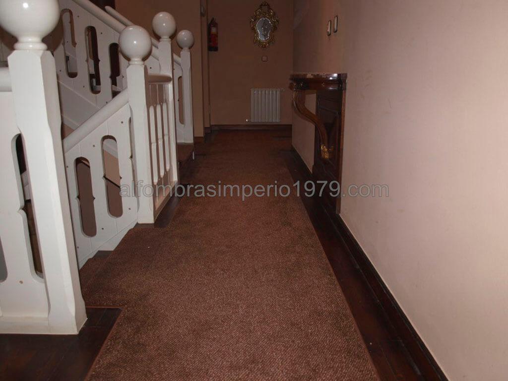Alfombras para escaleras hostal instalaciones de for Moqueta pasillo