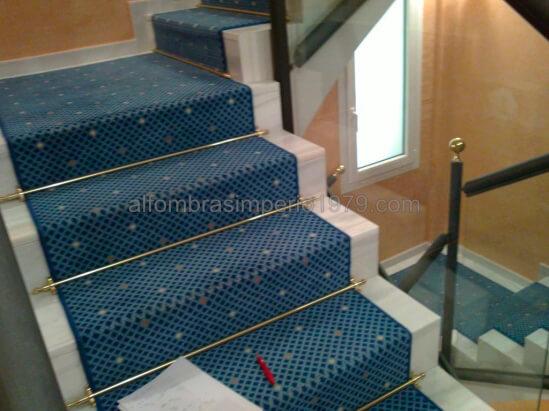 Instalacion alfombra escalera hotel